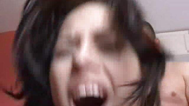 A szobalánynak sok spermája van a fejésben az utolsó szopásnál. pornszex