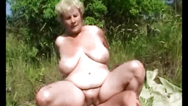 Az anya meztelenül fürdött a fiával, és vérfertőzésre kényszerítette. ingyen letölthető pornó videók