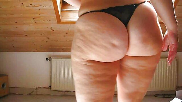 A szerető lehetővé teszi, hogy leszbisex a rabszolga maszturbáljon, miközben a szemüvegén ül.