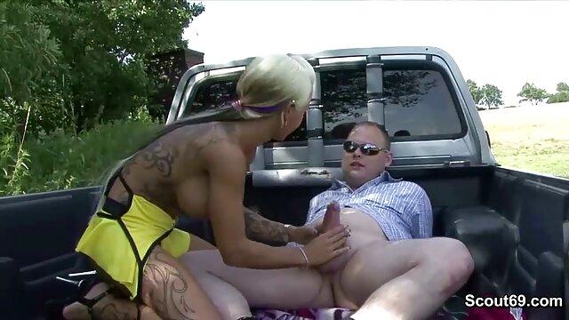 A masszőr az álarcos orgazmusból veszi az első anál sex ügyfelet, ujjaival simogatja a punciját.